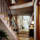 Лестница на второй этаж рядом со входом в дом. (гостиная,дизайн гостиной,интерьер гостиной,мебель для гостиной,архитектура,дизайн,экстерьер,интерьер,дизайн интерьера,мебель, французская провинция)