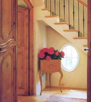 Лестница на второй этаж. Под лестницей элегантное круглое окно