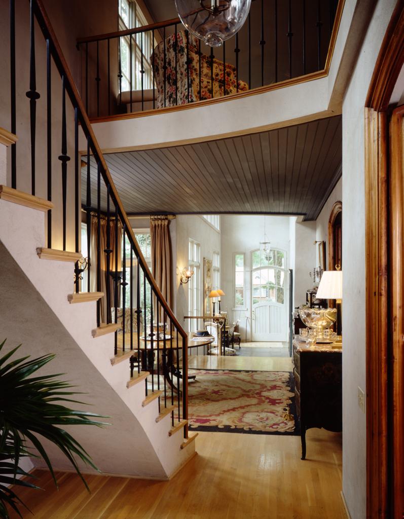 Лестница на второй этаж рядом со входом в дом.