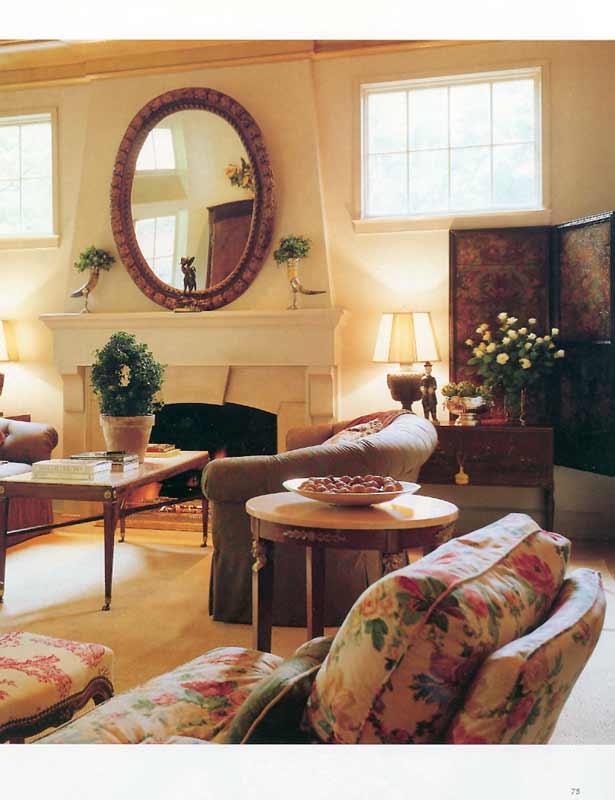Теплая атмосфера гостиной с удобными креслами и камином.