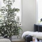 Елка в гостиной украшена белыми игрушками. (гостиная,дизайн гостиной,интерьер гостиной,мебель для гостиной,скандинавский,интерьер,дизайн интерьера,мебель)