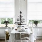 Обеденный стол в столовой украшает деревянная ёлочка. (столовая,дизайн столовой,интерьер столовой,мебель для столовой,скандинавский,интерьер,дизайн интерьера,мебель)
