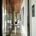 Солнечный коридор остекленной стеной выходит во двор. (1950-70е,середина 20-го века,минимализм,интерьер,дизайн интерьера,архитектура,дизайн,экстерьер)