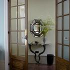 Двери в гостиную, в коридоре причудливый столик. (жилая комната,эклектика,смешение стилей,викторианский,интерьер,дизайн интерьера,мебель)