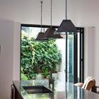 Из кухни в сад ведет широкий дверной проем, который закрывается складывающейся стеклянной дверью. (кухня,дизайн кухни,интерьер кухни,кухонная мебель,мебель для кухни,индустриальный,лофт,винтаж,стиль лофт,индустриальный стиль,интерьер,дизайн интерьера,мебель)