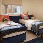 Две односпальных кровати на колесах в спальне для малышей [Дизайн: Total Concepts]