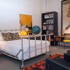 Кровать из труб на колесах для гостевой спальни в стиле лофт [Дизайн: Адриенн Дероса] (спальня,дизайн спальни,интерьер спальни,индустриальный,лофт,винтаж,стиль лофт,индустриальный стиль,интерьер,дизайн интерьера,мебель)