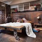 Неординарная спальня в индустриальном силе с кроватью на колесах[Дизайн: KuDa Photography]
