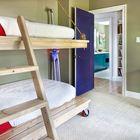 Оригинальная двухъярусная кровать с независимой нижней частью на колесах [Дизайн: CG&S Design-Build] (детская,игровая,детская комната,детская спальня,дизайн детской,интерьер детской,минимализм,интерьер,дизайн интерьера,мебель)