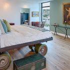 Трудно не заметить колеса в этой кровати выполненной на заказ [Дизайн: Specht Architects] (спальня,дизайн спальни,интерьер спальни,индустриальный,лофт,винтаж,стиль лофт,индустриальный стиль,интерьер,дизайн интерьера,мебель)