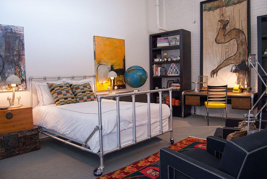 Кровать из труб на колесах для гостевой спальни в стиле лофт [Дизайн: Адриенн Дероса]