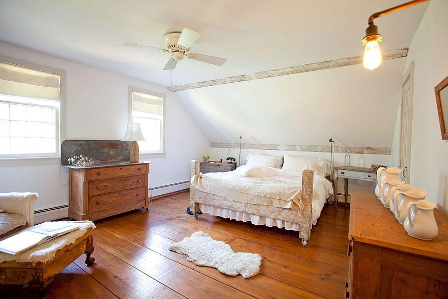 Кровать на роликах в спальне сельского стиля [Дизайн: Tess Fine]