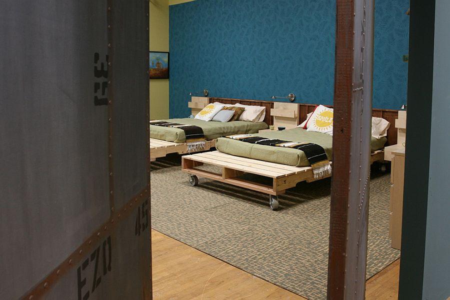 Кровати-платформы на колесах из деревянных поддонов можно сделать самому [Дизайн: Jen Chu Design]