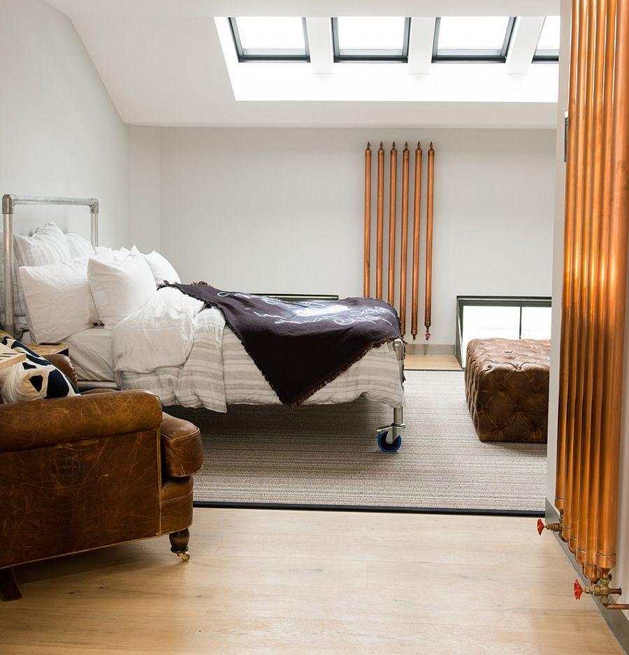 Сделанная на заказ кровать является центром этой спальни с мансардными окнами [Дизайн: CUBIC Studios Limited]