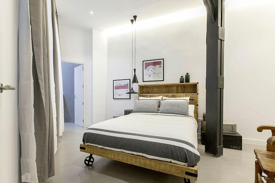 Спальня в стиле лофт с подвесными люстрами Тома Диксона и кроватью на колесах [Дизайн: Lupe Clemente Fotografia]