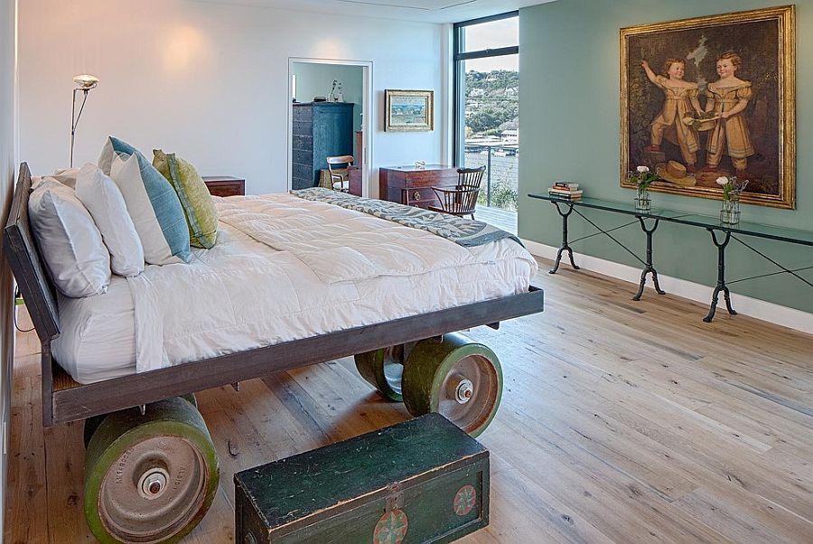 Трудно не заметить колеса в этой кровати выполненной на заказ [Дизайн: Specht Architects]