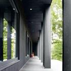 Черный деревянный фасад дачного дома. (на открытом воздухе,патио,балкон,терраса,фасад,архитектура,дизайн,экстерьер,индустриальный,лофт,винтаж,стиль лофт,индустриальный стиль)