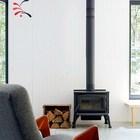 Небольшой металлический камин не только согреет в морозный день, но и делает дом уютнее.