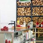 Широкая сдвижная дверь ведет на террасу. (кухня,дизайн кухни,интерьер кухни,кухонная мебель,мебель для кухни,индустриальный,лофт,винтаж,стиль лофт,индустриальный стиль,интерьер,дизайн интерьера,мебель)