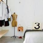 Спальня с открытой вешалкой и полкой вместо шкафа.