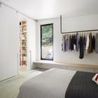 В спальню из гостиной ведут высокие, во всю высоту помещения, сдвижные двери.