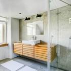 Большая и светлая ванна на втором этаже фермерского дома. Большая остекленная душевая. (ванна,санузел,душ,туалет,дизайн ванной,интерьер ванной,сантехника,кафель,современный,интерьер,дизайн интерьера,мебель)