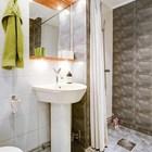 Гостевой дом. Небольшая ванна с большой душевой.