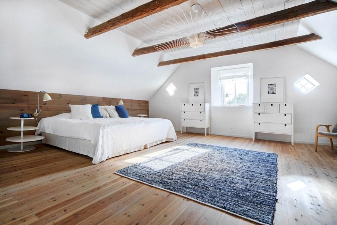 Большая/главная спальня в фермерском доме.