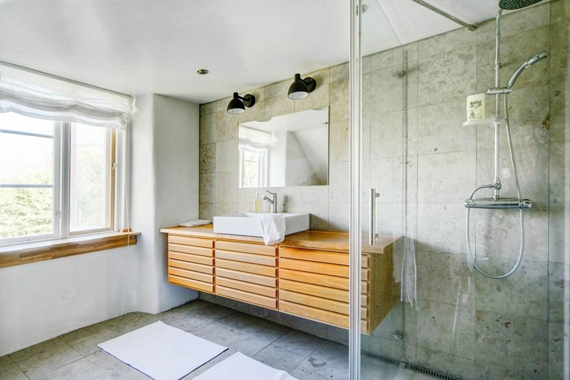 Большая и светлая ванна на втором этаже фермерского дома. Большая остекленная душевая.