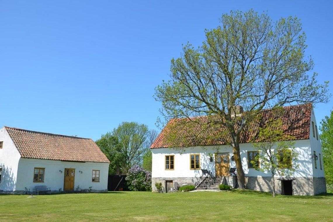 Большой фермерский дом с небольшим гостевым домиком.