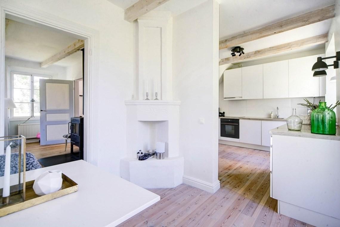 Столовая соединена как с кухней, так и с гостиной.