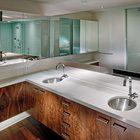 Черный орех присутствует в отделке всех помещений квартиры. (спальня,дизайн спальни,интерьер спальни,ванна,санузел,душ,туалет,дизайн ванной,интерьер ванной,сантехника,кафель,современный,интерьер,дизайн интерьера,мебель,квартиры,апартаменты)