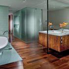 Комод в спальне является зеркальным продолжением тумбочки умывальников. (спальня,дизайн спальни,интерьер спальни,ванна,санузел,душ,туалет,дизайн ванной,интерьер ванной,сантехника,кафель,современный,квартиры,апартаменты,интерьер,дизайн интерьера,мебель)