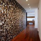 Мозаика ручной работы в коридоре привносит морскую тематику в интерьер квартиры. (кухня,дизайн кухни,интерьер кухни,кухонная мебель,мебель для кухни,современный,квартиры,апартаменты,мебель,интерьер,дизайн интерьера)