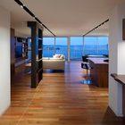 В ходе реконструкции гостиная, столовая и кухня были объединены в одно помещение, которое имеет общую остекленную стену с видом на залив. (кухня,дизайн кухни,интерьер кухни,кухонная мебель,мебель для кухни,гостиная,дизайн гостиной,интерьер гостиной,мебель для гостиной,столовая,дизайн столовой,интерьер столовой,мебель для столовой,современный,интерьер,дизайн интерьера,мебель,квартиры,апартаменты)