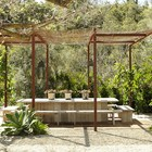 Большой стол в саду станет центром вечернего отдыха.