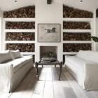 Действующий камин и стеллажи для хранения дров в гостиной. (средиземноморский,архитектура,дизайн,экстерьер,интерьер,дизайн интерьера,мебель,гостиная,дизайн гостиной,интерьер гостиной,мебель для гостиной)