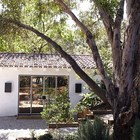 К дому ведут гравийные дорожки. (средиземноморский,архитектура,дизайн,экстерьер,интерьер,дизайн интерьера,мебель)
