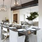 Просторная и светлая столовая в средиземноморском стиле.