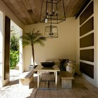 Тенистая дощатая терраса спасет от летнего зноя в жаркий летний полдень. (средиземноморский,архитектура,дизайн,экстерьер,интерьер,дизайн интерьера,мебель,на открытом воздухе,патио,балкон,терраса)