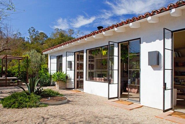 Большие окна и полностью остекленные двери стирают грань между домом и садом.
