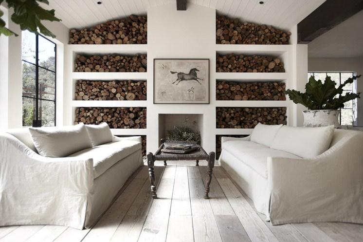 Действующий камин и стеллажи для хранения дров в гостиной.