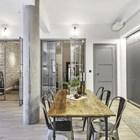 Бетонный столб, мощная балка проходящая через всю квартиру не только создают атмосферу лофта в квартире, но и позволили создать это большое открытое пространство.