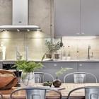 Кухня расположена вдоль столовой. Бетонная стена в районе кухонного фартука закрыта стеклом, которое не скрывает бетонного колорита. (индустриальный,лофт,винтаж,стиль лофт,индустриальный стиль,интерьер,дизайн интерьера,мебель)