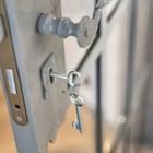 На всех дверях в спальни и кабинет есть замки закрываемые на ключ.