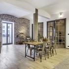 От входа посетитель квартиры, пройдя через длинный холл, попадает в просторную жилую комнату.