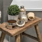 Похоже, что табурет из состаренного дерева всегда стоял в ванной.