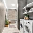 Ванная комната облицована кафельной плиткой напоминающей бетон. (индустриальный,лофт,винтаж,стиль лофт,индустриальный стиль,интерьер,дизайн интерьера,мебель)