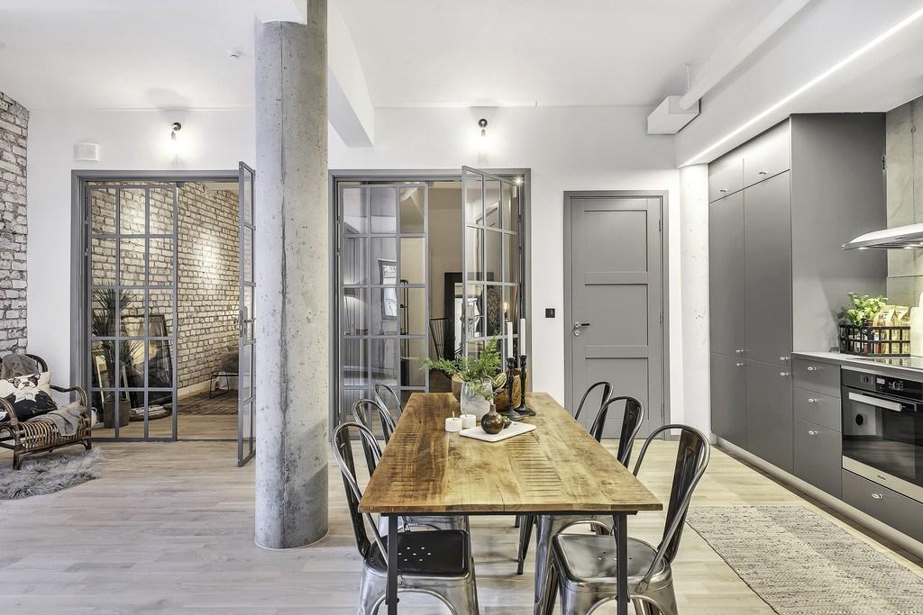 Бетонный столб, мощная балка проходящая через всю квартиру не только создают атмосферу лофта в квартире, но и позволили создать это большое открытое пространство