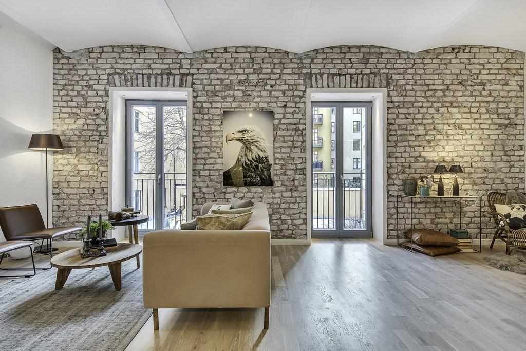 Большие окна с французскими балконами дают много света в помещение